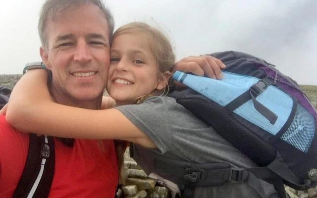 Lola House và Gary (bố cô bé) trên đỉnh Foel Fras ở phía bắc xứ Wales.