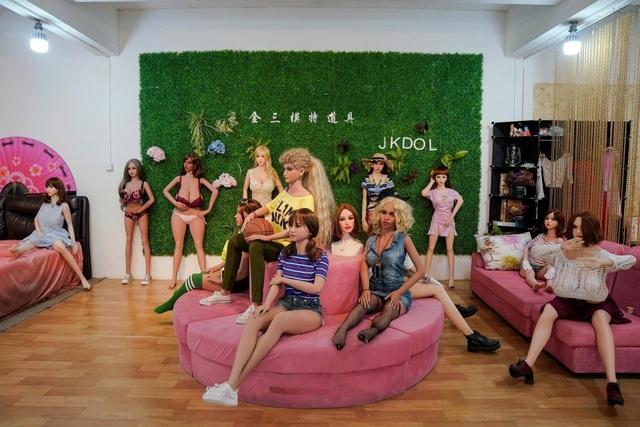 Búp bê tình dục với nhiều kiểu dáng khác nhau được trưng bày tại nhà máy WMDOLL
