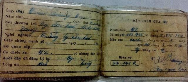 """Đây là một trong những giấy đăng ký xe có trong ví của anh Long, giấy """"khai sinh"""" này của chiếc MZ châu Phi."""