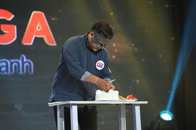 """Trên sân khấu, Ôn Vĩnh Quang thử thách sự kiên nhẫn của các nghệ sĩ khi khoan thai, chậm rãi gọt trái cây để trang trí bánh kem. Chứng kiến tận mắt, MC Trấn Thành thẳng thắn chê bai: """"Cắt trái cây quá xấu mà cũng thi tài năng."""