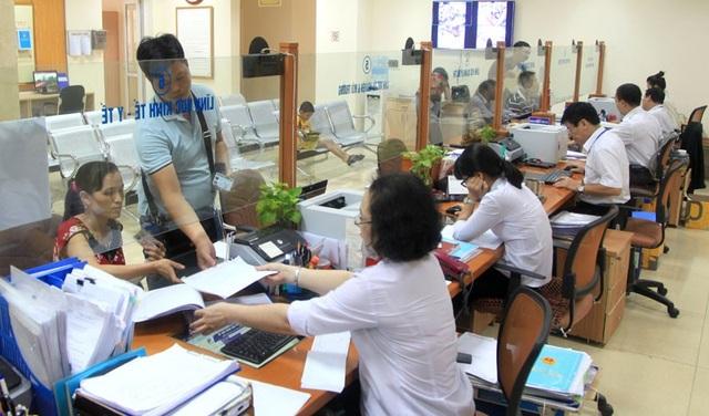 Làm thủ tục hành chính tại quận Hoàn Kiếm. Ảnh: Thanh Hải