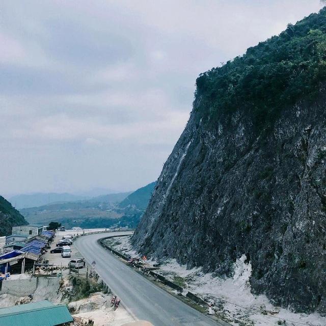 Nằm ở độ cao hơn 1.000m so với mực nước biển, đèo Đá Trắng còn có tên gọi khác là đèo Thung Khe. Nơi đây vốn là vùng núi đá vôi, khi phá núi mở đường, những mảng đá vôi từ trên cao đã sạt xuống và tạo nên màu sắc trắng xóa cho ngọn đồi. Ảnh: @thuongdinh97