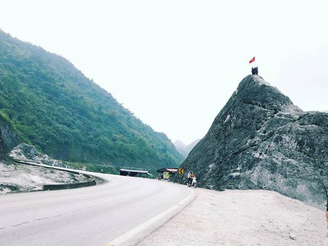 Đèo Đá Trắng nằm ở tuyến quốc lộ 6 nối giữa Tân Lạc và Mai Châu (Hòa Bình) cách Hà Nội khoảng 120km về phía Tây Bắc. Ảnh: @thutrang1582