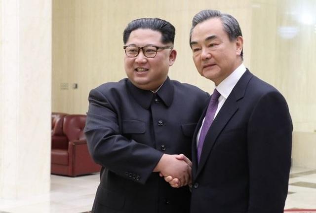 Chủ tịch Triều Tiên Kim Jong-un đón Ngoại trưởng Trung Quốc Vương Nghị tại Bình Nhưỡng. Ảnh: Tân Hoa Xã