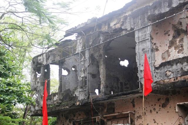 Trước sự tàn phá của chiến tranh, ngôi trường được lưu lại đến hôm nay như một chứng tích về sự khốc liệt của đạn bom
