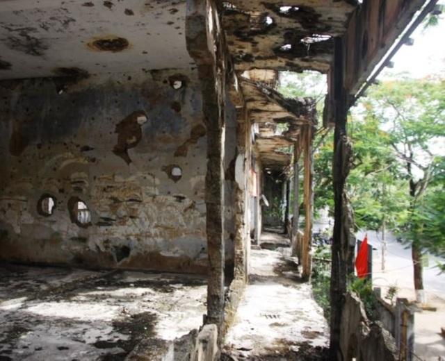 Những vết bom, đạn xuyên tường, những mảng bê tông bị bom phá hủy