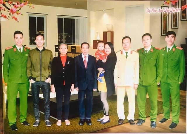 Tấm ảnh chụp chung của các thành viên trong gia đình ông Trân vào Tết 2017 (Ảnh NVCC)