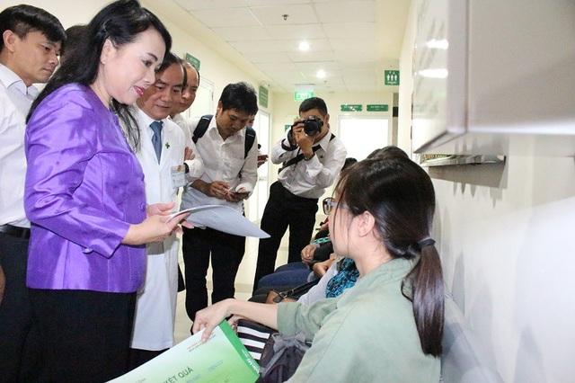 Bộ trưởng Kim Tiến tiếp xúc, trao đổi thông tin với mẹ con bệnh nhân Phượng