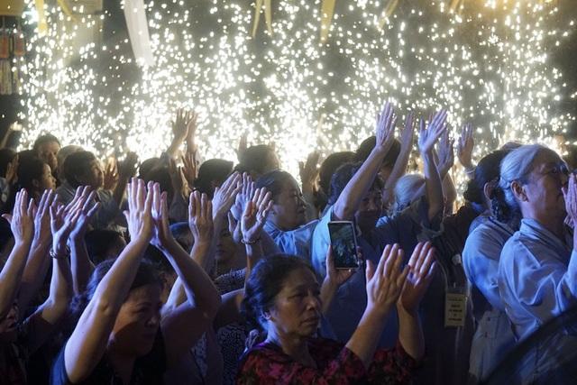 Hàng nghìn Phật tử và người dân dự lễ Vu Lan tại chùa Quỳnh Lôi (Hai Bà Trưng,Hà Nội). Ảnh: Hữu Nghị