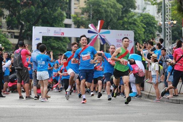 Giải đua thu hút 700 vận động viên tham gia với hàng trăm gia đình, trong đó có đến 175 trẻ em.