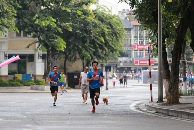 Các thành viên giải chạy đều rất nỗ lực về đích