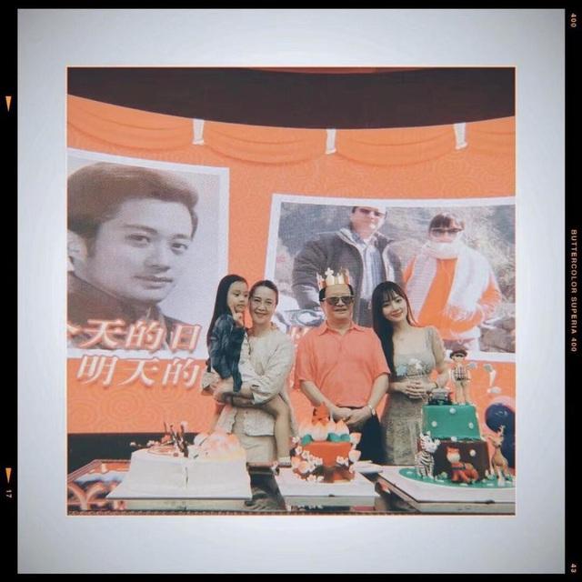 Tối qua 13/8, Lý Tiểu Lộ cùng con gái của cô đã có mặt trong bữa tiệc sinh nhật lần thứ 66 của Lý Đăng Ninh, cha ruột của Lý Tiểu Lộ. Mẹ con Lý Tiểu Lộ chụp ảnh kỷ niệm cùng ông bà ngoại.