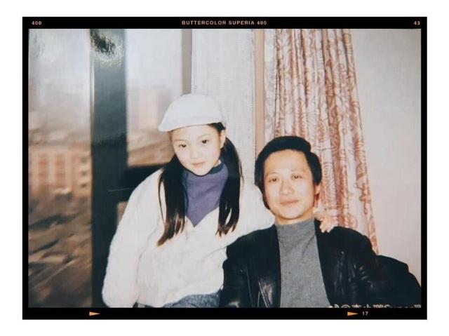 Lý Tiểu Lộ chụp ảnh cùng cha ruột khi còn nhỏ. Cô cho biết, ông là người luôn ủng hộ đam mê nghệ thuật của con gái và bảo vệ cô trong mọi hoàn cảnh.