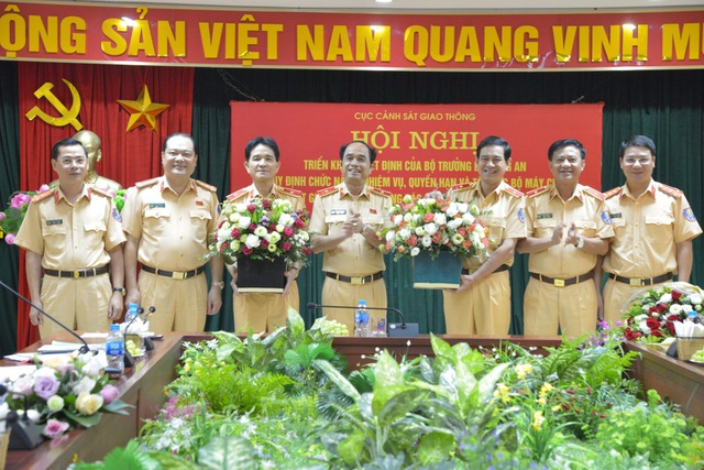 Lãnh đạo Cục Cảnh sát giao thông chúc mừng Thiếu tướng Trần Sơn Hà và Thiếu tướng Vũ Đỗ Anh Dũng. Ảnh CSGT