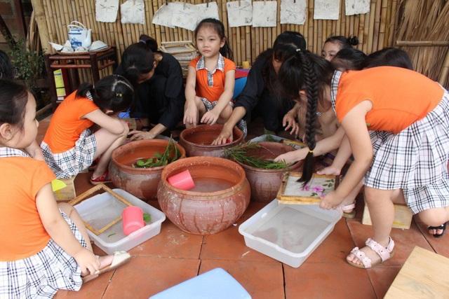 Các em vừa được trải nghiệm nghề truyền thống, lại có sản phẩm mang về.