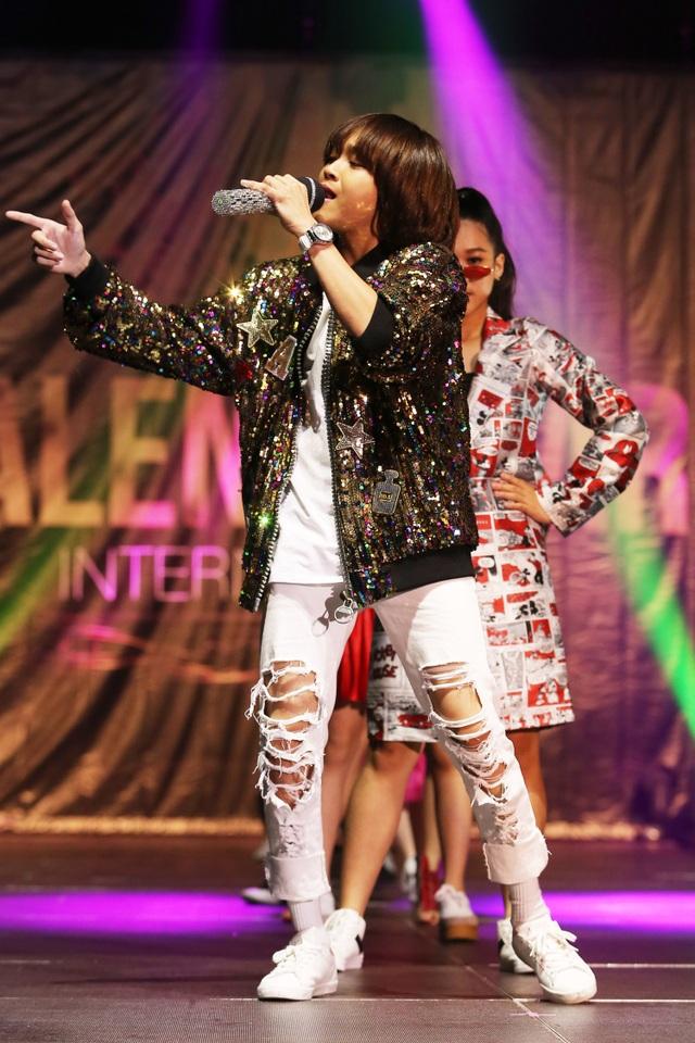 """Xuất hiện trên sân khấu, quán quân Vietnam Idol Kids 2017 ghi điểm với khán giả bởi thần thái tự tin, chuyên nghiệp. Giọng ca """"Nắng vui"""" diện áo khoác phối quần jean năng động, tự tin trình diễn ca khúc """"Get down"""" khiến không khí của chương trình trở nên sôi động hơn."""