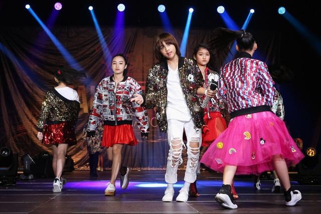Không chỉ vậy, Thiên Khôi còn gây ấn tượng mạnh với bạn bè quốc tế bởi cách làm việc chuyên nghiệp, tạo dáng như người mẫu thực thụ trong hậu trường.
