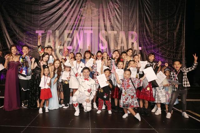 Cậu bé 13 tuổi bày tỏ niềm vui khi hoàn thành xong màn trình diễn của mình và cùng bạn bè là dàn mẫu nhí nhận giấy chứng nhận tham gia chương trình.