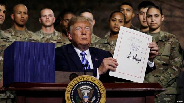 Tổng thống Mỹ Donald Trump ký thông qua NDAA ngày 13/8. (Ảnh: Reuters)