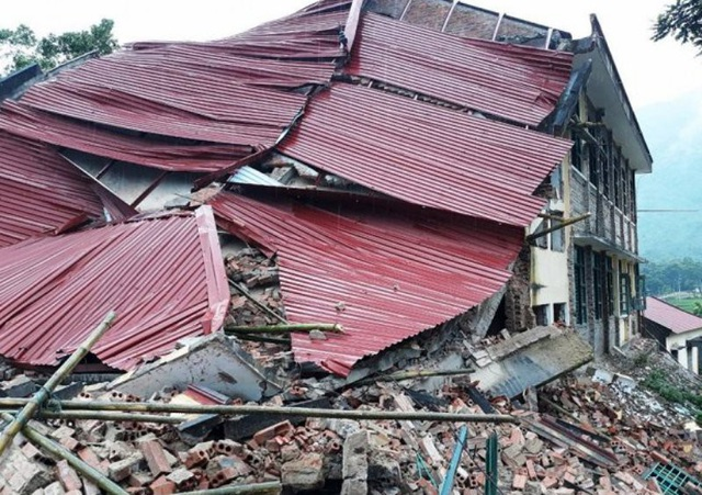 Một góc dãy nhà 2 tầng đã đổ sập xuống