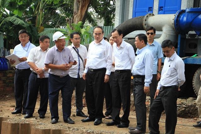 Bí thư Thành ủy TPHCM Nguyễn Thiện Nhân thị sát máy bơm chống ngập cho đường Nguyễn Hữu Cảnh