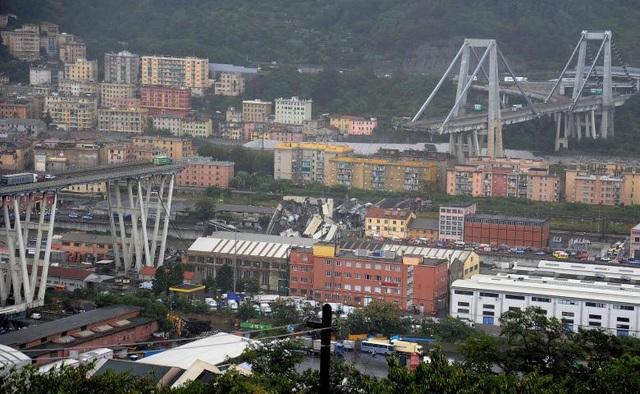 Theo hãng thông tấn ANSA của Italy, ít nhất 35 người đã thiệt mạng khi một đoạn dài 200m trên cây cầu cao tốc Morandi ở Genoa bất ngờ đổ sập vào sáng 14/8. (Ảnh: Reuters)