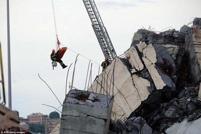 Một số nhân chứng cho biết khoảng 20 phương tiện đã lao xuống từ độ cao hàng chục mét trên cầu và bị chôn vùi trong đống đổ nát. (Ảnh: AFP)