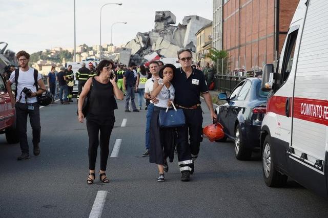 """""""Cảnh tượng giống như cây cầu bị đánh bom vậy. Có khoảng 200 nhân viên cứu hộ làm việc liên tục. Mọi người đều sốc"""", nhà báo Matteo Pucciarelli sống ở Genoa nói với Guardian. (Ảnh: Reuters)"""