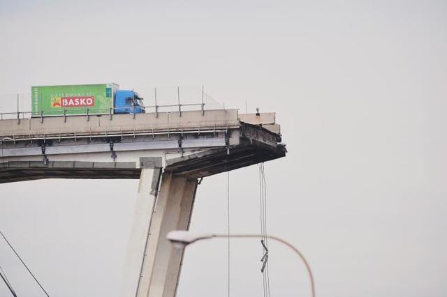 Cây cầu bị sập được xây dựng từ năm 1968 và đã trải qua quá trình tu sửa cách đây 2 năm. Vị trí cầu bị sập bắc qua khu vực đông dân cư, do vậy nhiều người lo ngại rằng số thương vong dưới mặt đất sẽ còn tăng lên. (Ảnh: Reuters)