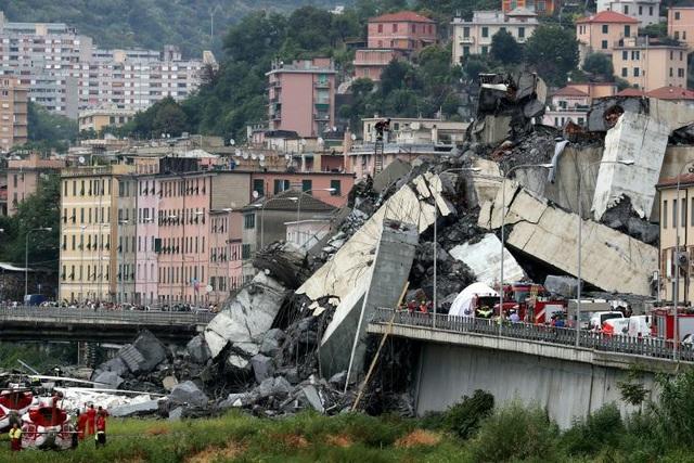 Báo La Repubblica cũng xác nhận số người thiệt mạng trong vụ sập cầu ở Italy là 35, trong đó có một trẻ em. (Ảnh: Reuters)