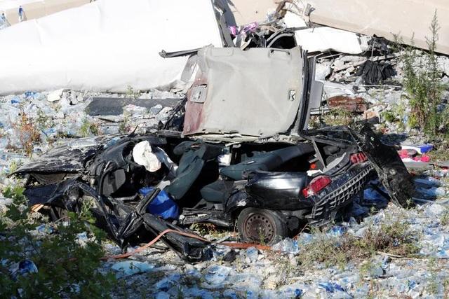 Ít nhất 14 người đã bị thương sau vụ sập cầu ở Genoa, trong đó có 5 người bị thương nặng. Trước đó Thủ tướng Italy Gieseppe Conte xác nhận 22 người thiệt mạng và 16 người bị thương khi ông tới hiện trường vụ sập cầu. (Ảnh: Reuters)