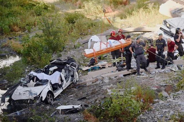 """Lãnh đạo Cơ quan Bảo vệ Dân sự Italy Angelo Borrelli cho biết """"số người chết và bị thương có thể sẽ còn tiếp tục tăng lên khi lực lượng cứu hộ dọn dẹp đống đổ nát từ vụ sập cầu"""". (Ảnh: Reuters)"""