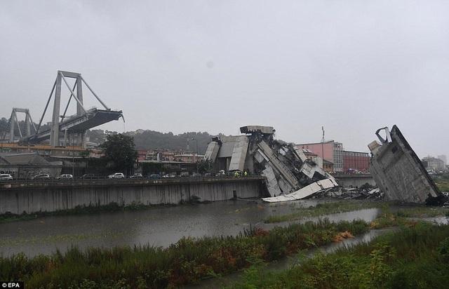 """Một nhân chứng chứng kiến khoảnh khắc cầu bị sập mô tả """"giống như ngày tận thế"""". Trong khi Bộ trưởng Giao thông Italy Danilo Toninelli gọi vụ sập cầu ở Genoa là """"thảm kịch lớn"""". (Ảnh: EPA)"""