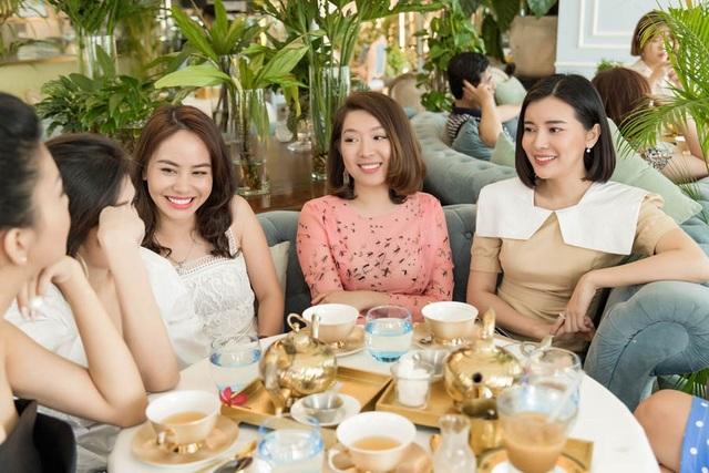 Không chỉ hàn huyên chuyện cũ, họ chia sẻ về gia đình, sự nghiệp và những ý tưởng cống hiến cho xã hội, đặc biệt là du lịch Việt Nam.