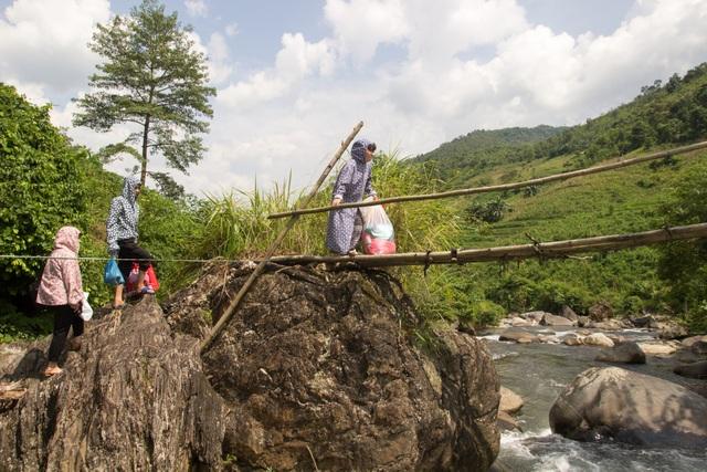 Một ngày theo chân cô giáo vùng cao trèo đèo, lội suối dạy học - 6