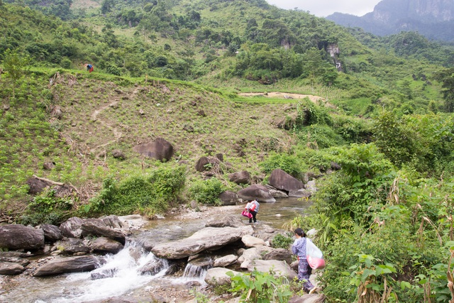 Một ngày theo chân cô giáo vùng cao trèo đèo, lội suối dạy học - 2