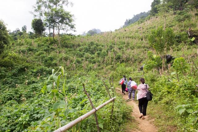 Một ngày theo chân cô giáo vùng cao trèo đèo, lội suối dạy học - 1