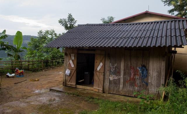 Điểm trường Lũng Kim với 17 em học sinh mầm non đơn sơ, giản dị đến nao lòng. Nơi đây không có điện, không có nước, không cả sóng điện thoại và giáo viên phải ăn ngủ luôn tại lớp để dạy học
