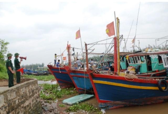 Cán bộ Đồn Biên phòng Cửa Lân kêu gọi ngư dân đưa tàu thuyền vào tránh trú bão tại cảng cá Cửa Lân, xã Nam Thịnh, huyện Tiền Hải