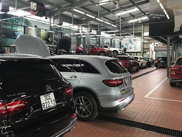 Mercedes-Benz GLC xếp hàng kiểm tra dầu cầu tại một đại lí của MBV ở Hà Nội.