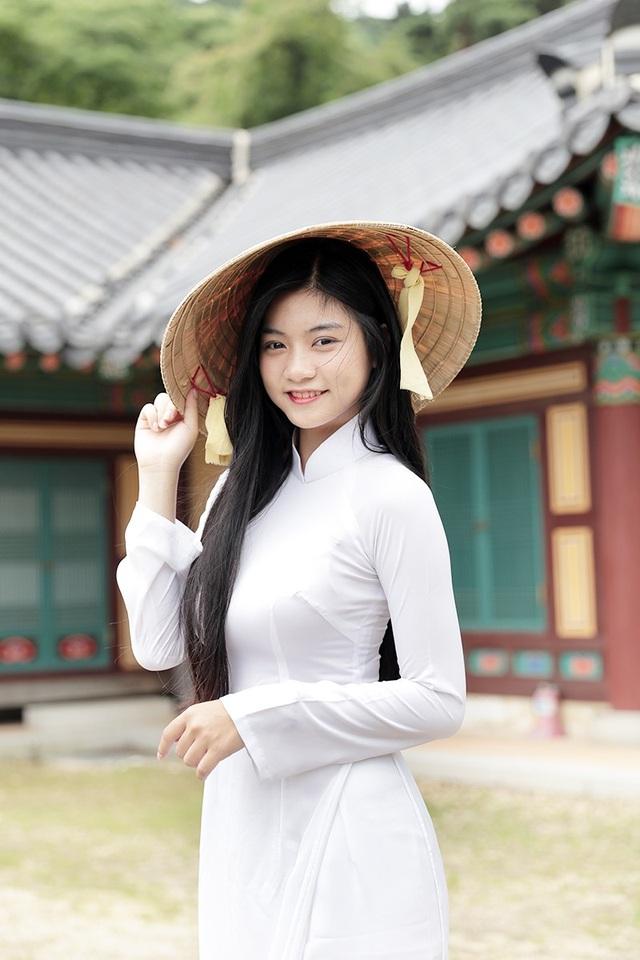 Nam Phương diện áo dài, nón lá dịu dàng tại đất nước Hàn Quốc trong chuyến hành trình trải nghiệm