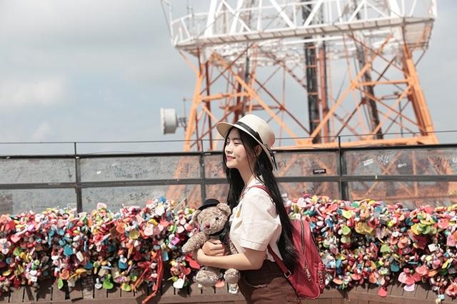 Nam Phương tại tháp Namsan với bức tường khóa tình yêu nổi tiếng.