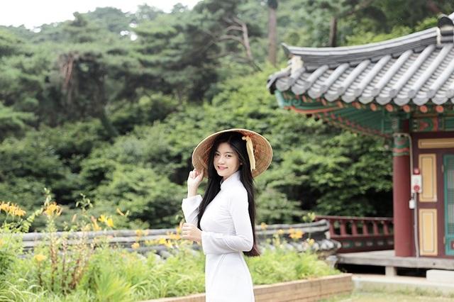 Trở thành Đại sứ du lịch Hàn Quốc, nữ sinh Sài Gòn không quên mang hình ảnh tà áo dài dân tộc đến với đông đảo bạn bè quốc tế