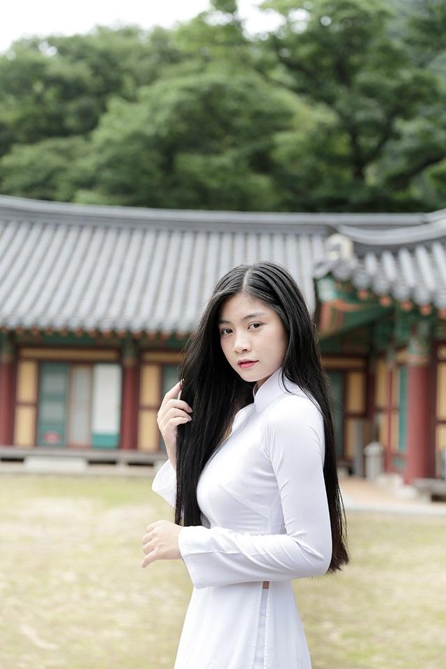 Hình ảnh Nam Phương đằm thắm trong trang phục áo dài trắng tinh khôi nhận được nhiều lời khen ngợi của bạn bè quốc tế.