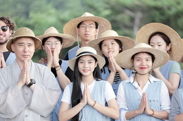 Trải nghiệm mà nữ sinh 1999 nhớ nhất là những ngày sinh hoạt tại chùa Jeondeungsa, tìm hiểu văn hóa Phật giáo tại Hàn Quốc và tận hưởng bầu không khí trong lành, tĩnh mịch.