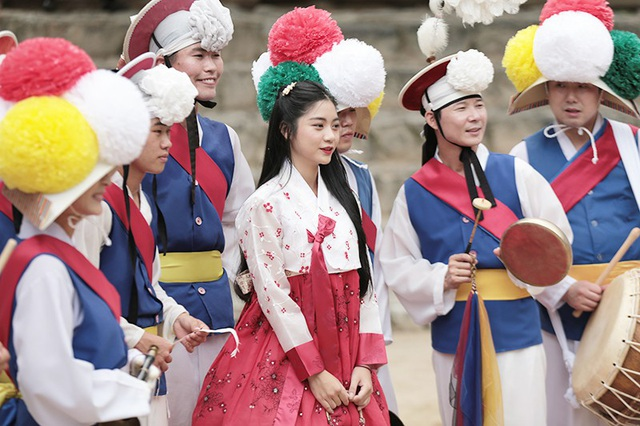 Cô có dịp thưởng thức những hình thức văn nghệ, lễ hội truyền thống của đất nước bạn.