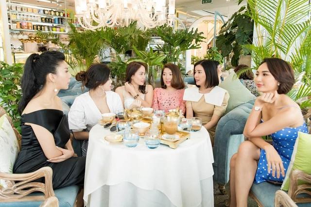 Dàn người đẹp vui mừng hội ngộ. Vì bận rộn với cuộc sống riêng tư, đây là lần hiếm hoi họ gặp nhau đông đúc để trò chuyện. Mỗi người đẹp đều trưởng thành hơn xưa và có những thành công, vị trí nhất định trong xã hội.