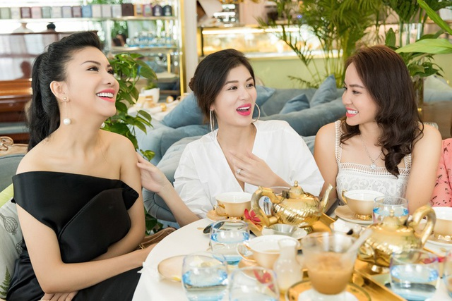 Còn Oanh Yến (thứ 2 từ trái sang) chia sẻ, hiện cô là mẹ của 4 nhóc tì khỏe mạnh, lanh lợi. Cô đang có cuộc sống gia đình hạnh phúc. Trước đó, một thời gian lâu sau cuộc thi Hoa hậu Du lịch Việt Nam 2008, Oanh Yến đăng quang Hoa hậu Thế giới toàn cầu 2015, song song hoạt động người mẫu và kinh doanh.