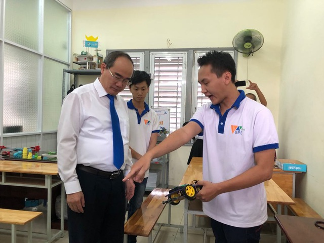Bí thư Thành ủy TPHCM Nguyễn Thiện Nhân tham quan cơ sở vật chất và phòng thí nghiệm của trường ĐH Sài Gòn trong chiều ngày 15/8.