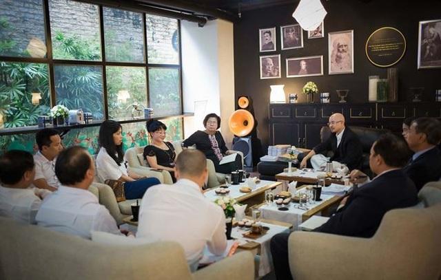 Có 6 nhà báo chất vấn, và 3 luật sư cung cấp hồ sơ trong cuộc trò chuyện đầu tiên với báo giới của ông Đặng Lê Nguyên Vũ